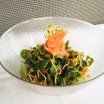 Ensalada de salmón ahumado y gulas con vinagreta de crudités, frutos secos, mostaza y miel