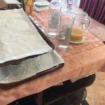 Schmuddelige Decke für schlechten Orangensaft und Weinflaschen die am Frühstück rumstanden.