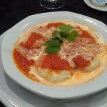 Sorrentinos con salsa mixta.