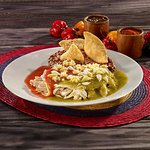 Enchiladas divorciadas.  Salsa verde de tomatillo y roja