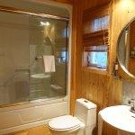 La salle de bains comprend une machine à laver et une sécheuse