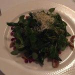 Feldsalat mit Granatapfelkernen und Walnüssen.