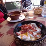 Sopa y huevos de corral