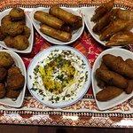 mezés chauds: samoussa, falafel, kebbé, rouleaux, avec sauce labné