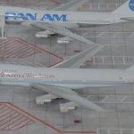 Die großen Flugzeuge im kleinen Maßstab auf einem Modell eines Flughafens