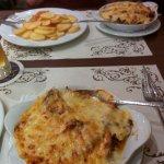 Gyros mit Metaxasauce und Käse überbacken