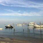 Les pieds dans l'eau, des huîtres et du vin blanc délicieux...
