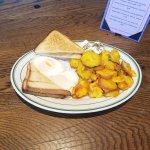 Rico churrazco fongo y una orden de huevos y pan con papa salteada
