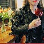 Disfrutando una manzana confitada