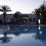 Der Terrassen- und Poolbereich zur Lobby / Hoteleingang am Abend