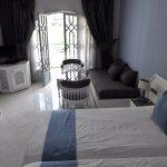 Zimmerzubehör mit TV, Sitzecke und Balkon