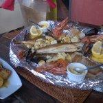 assiette du pêcheur, dorade, thon, gambas et encormets servi avec des pommes de terre persillées