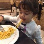 Helena devorando o prato de macarrão