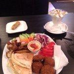 фалафель на тарелке 200р, пахлава 30р, арабский что-то там 100р.