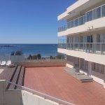 pileta climatizada, terraza al sol y vista al mar.