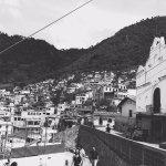Iglesia de San Antonio Palopo, las casos colgando de la ladera de las montañas son impresionante