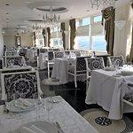 Una vista panorámica de nuestro restaurante mostrando su elegancia e incomparable vista al mar!