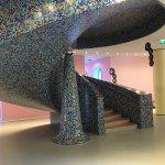 Trap in de hal van het museum - een ontwerp van Allessandro Mendini (architect van het gehele ge