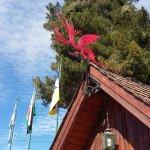 Oficina de turismo en la plaza principal de Trevelin. Detalle de las banderas y dragón galés.