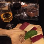 Formaggio con marmellata e noci, mousse di cioccolato e vino Porto