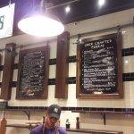 El menu sobre las paredes, en la linea donde diseñas tu propia pizza.