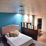 Yellow tree rooms 1. cama y sala de estar