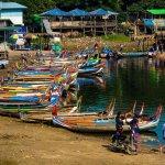 Barche ormeggiate viste dal ponte