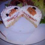 Entrée : Jambon cru, salade et gâteau au chèvre et tomates