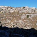 Face à l'hôtel, l'autre versant du canyon de Matera