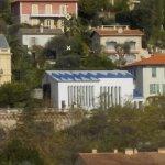 vue du toit bleu de la chapelle depuis la ville