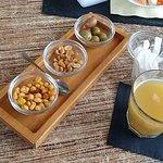 aperitivo di olive, bevanda (succo all'ananas) mais