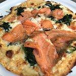 Pizza mit Rauchlachs und Crème fraîche