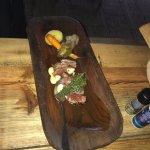 Rôti de boeuf servi dans son original plat de bois (pour une personne)