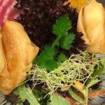 Ziegenkäse im Frühlingsrollenblatt, Herbstsalat und Kürbis-Chutney