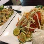 野菜とシーフードたっぷりの焼き飯とパパイヤサラダ、最高に美味しかった!2人でお腹いっぱいになりました。