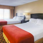 Photo de Holiday Inn Express Hotel & Suites Midtown