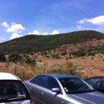 vue du parking ,terre rouge au loin