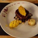 Bife de chorizo con tatin de pera y espuma de azafrán
