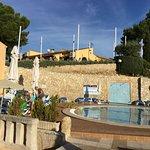 on apperçoit le restaurant et sa terrasse vue de la piscine
