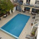 Vue sur le patio avec piscine extérieure chauffée
