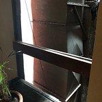 Peligrosa la parte del pasillo sin vidrio en el piso 19...duro asi todo el dia (sabado 29 oct 20