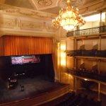 Parte interna do teatro, com vista do palco.