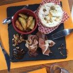 Assiette Camembert et charcuteries