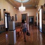 muchas salas llenas de arte