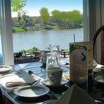 Salle à manger avec terrasse sur le bord de la rivière Richelieu.