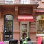 """Eingang zum Café und Tee-Salon """"Chez Patrick"""