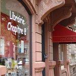 """Direkt neben """"Chez Patrick"""" gibt es eine Buchhandlung """"Librairie Cahpitre 8"""""""