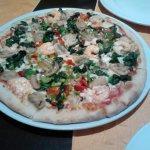 Pizza al gusto: Champiñones, pimientos, gambas y espinacas
