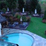 Outdoorpool und Gartenbereich