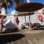 Self-service pour installer les chaises longues sur la plage pendant que les managers prennent l